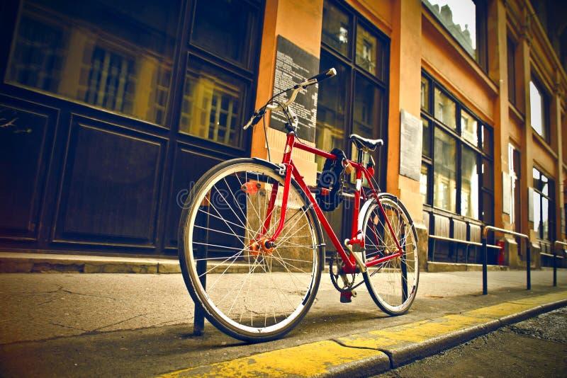 Download 红色自行车 库存图片. 图片 包括有 体育运动, 骑自行车的人, 公园, 挂锁, 循环, 城市, 关闭, 自行车骑士 - 30336233