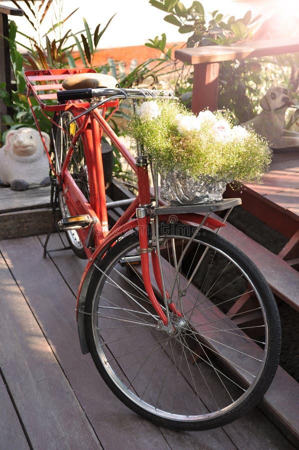 红色自行车 免版税库存图片