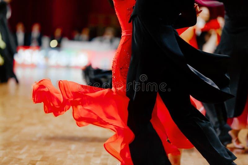 红色舞会礼服和黑人tailcoat夫妇舞蹈家 免版税图库摄影