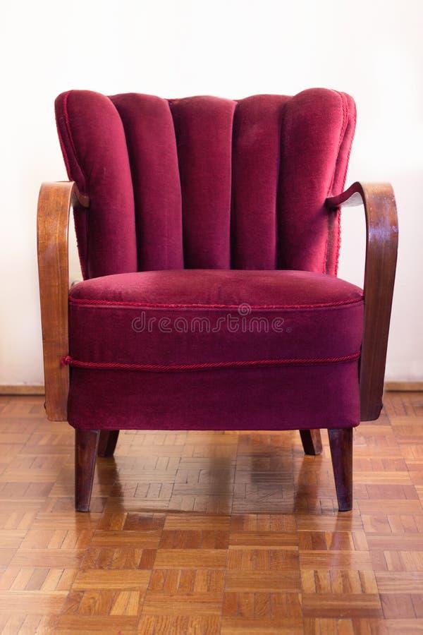 红色艺术装饰减速火箭的椅子在空的屋子里 库存照片