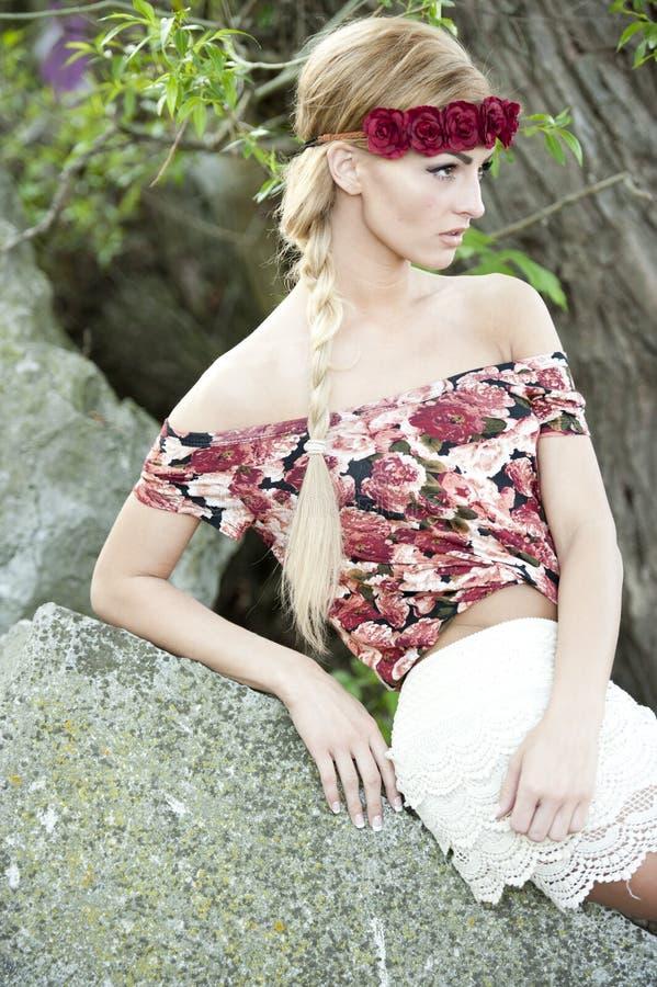 红色花冠的华美的金发碧眼的女人 库存照片