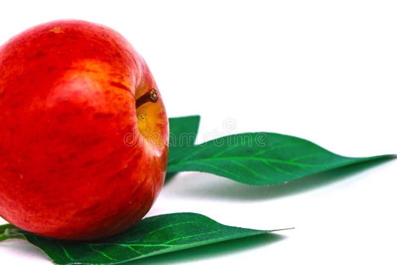 红色苹果和绿色叶子 图库摄影