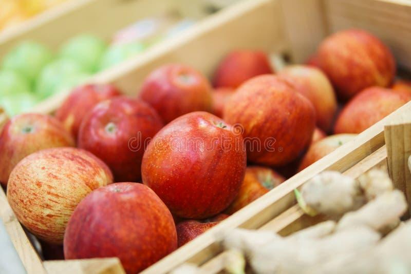 红色苹果待售在市场上 库存图片