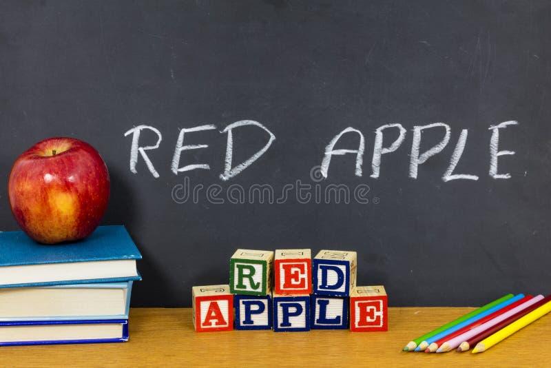 红色苹果老师喜爱的学生学校教室铅笔 库存图片