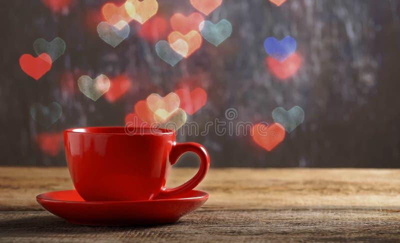 红色茶在心脏bokeh背景中 库存照片