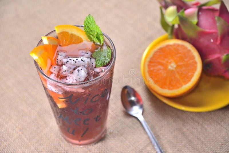 红色茶橙色龙果汁 免版税库存图片