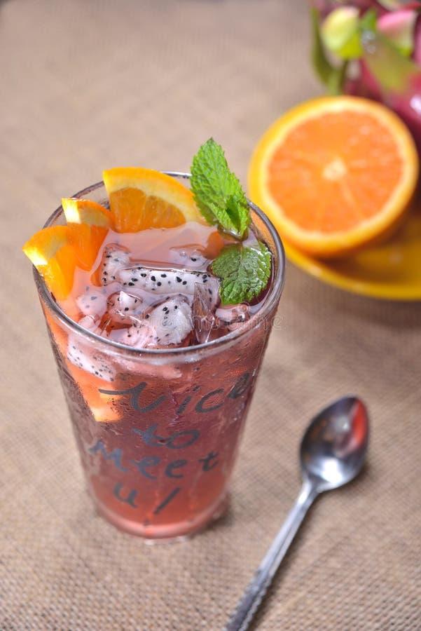 红色茶橙色龙果汁 免版税库存照片
