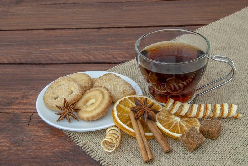 红色茶用在一个土气木板的黄油曲奇饼 免版税图库摄影