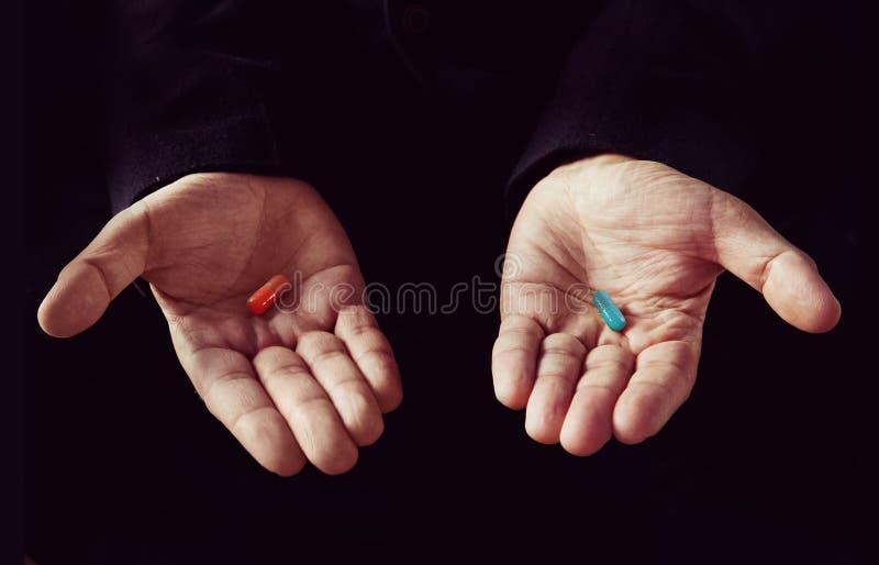 红色药片蓝色药片概念 库存照片