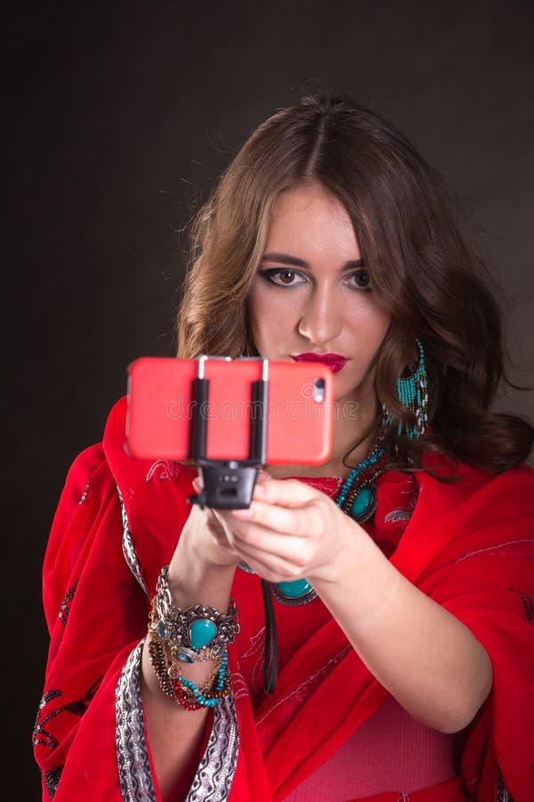红色莎丽服的妇女 免版税库存图片