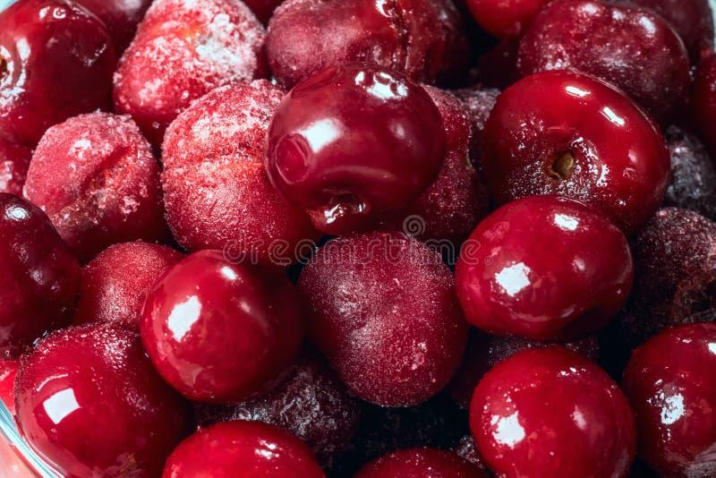 红色莓果结冰的樱桃冬天食物背景 库存图片