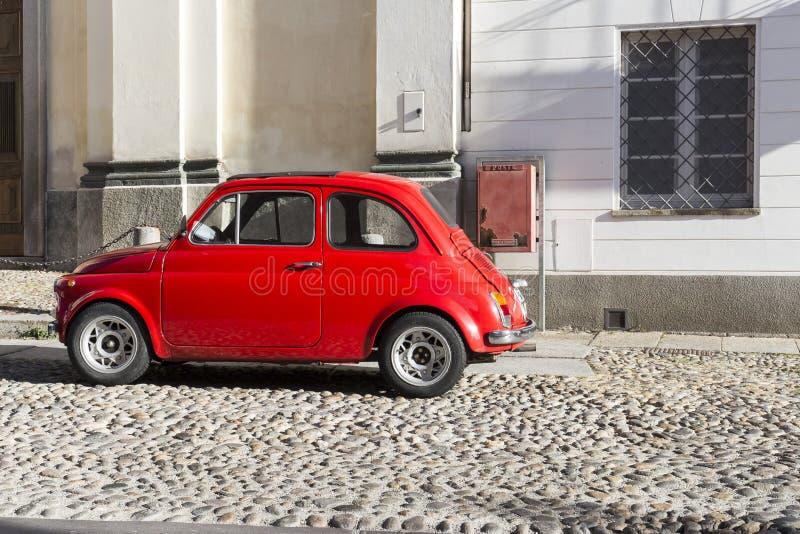 红色葡萄酒意大利汽车在市中心停放了 库存照片