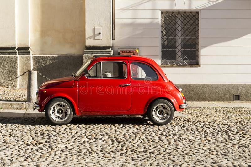 红色葡萄酒意大利汽车在市中心停放了 库存图片