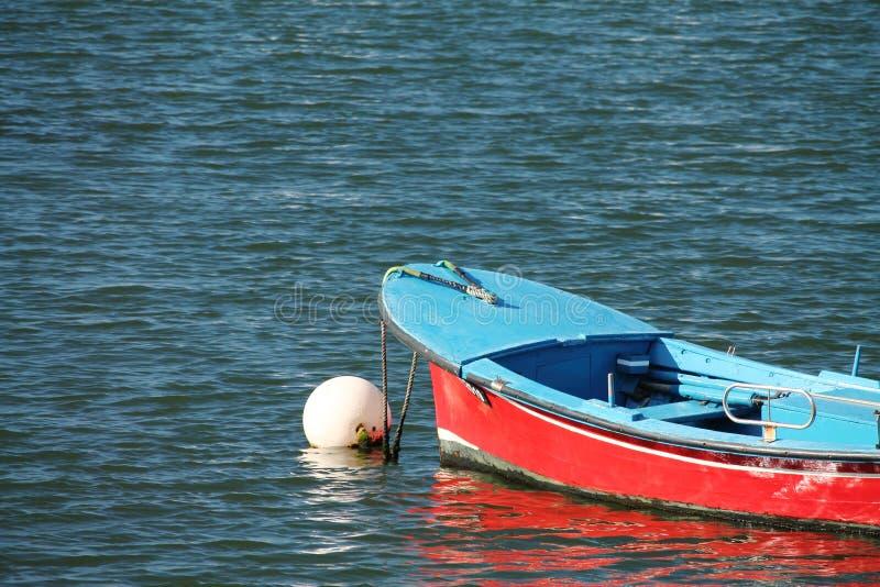 红色蓝色划艇在浮体的港口停放了在大西洋 免版税库存图片