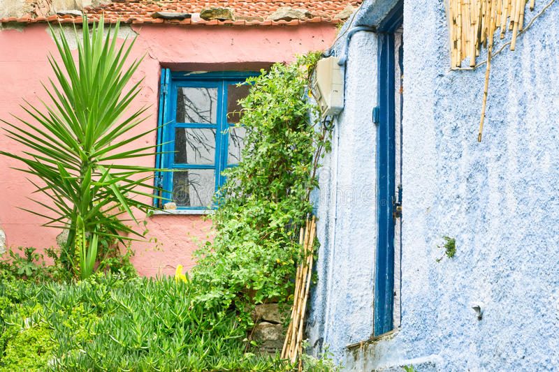 红色蓝色的房子 免版税库存图片