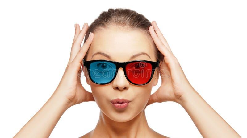 红色蓝色3d玻璃的激动的少妇 免版税库存照片