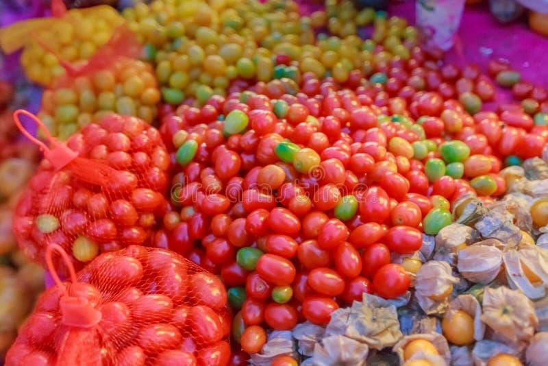 红色蕃茄和灯笼果 免版税库存图片