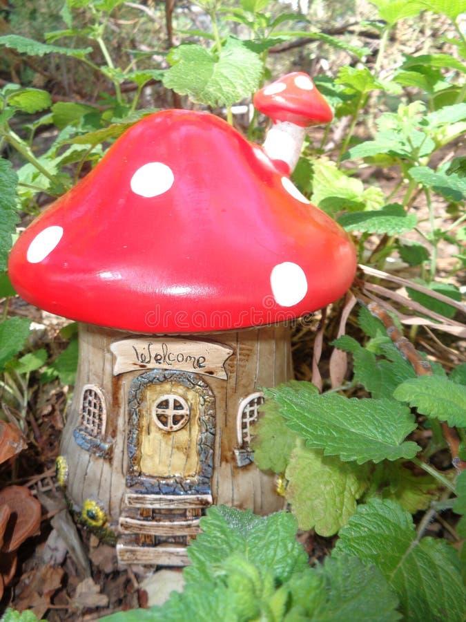 红色蘑菇神仙的议院 免版税库存照片