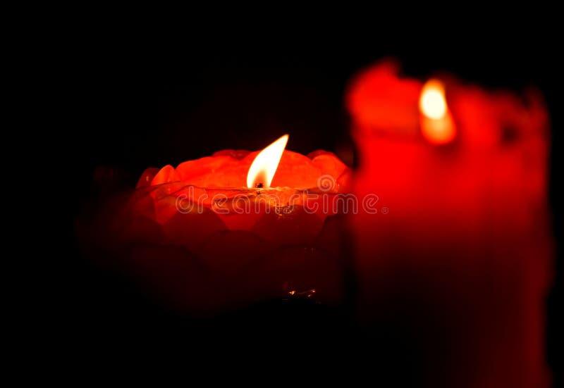 红色蜡烛,红色火焰,偏僻的光一点黑暗 库存照片