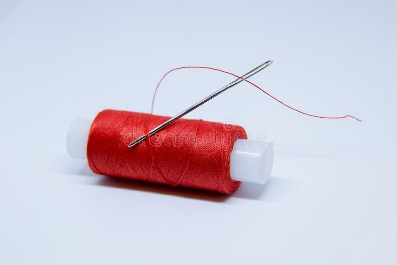 红色螺纹卷  针红色线程数 免版税库存照片