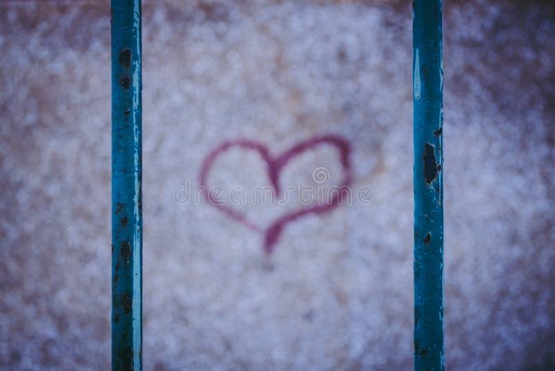 红色街道画心脏 生锈的篱芭 库存照片