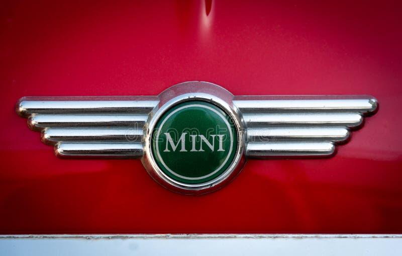 红色表面上的微型木桶匠汽车商标 库存照片