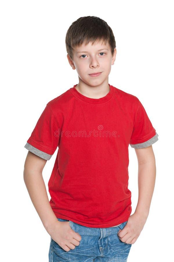 红色衬衣的英俊的年轻男孩 免版税库存图片