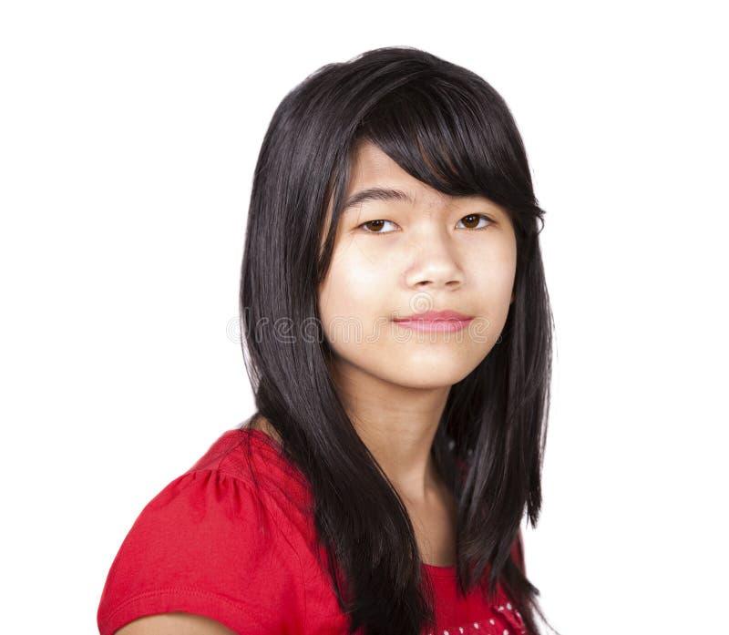 红色衬衣的青春期前的两种人种的女孩在白色背景 库存图片