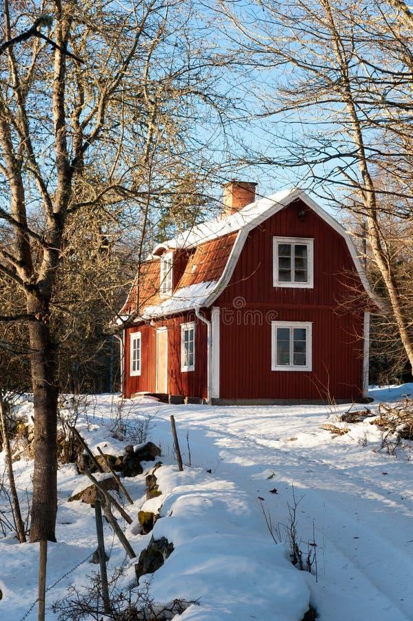 红色被绘的瑞典木房子 免版税库存照片