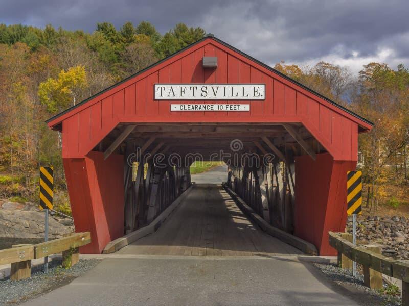 红色被遮盖的桥入口 库存照片