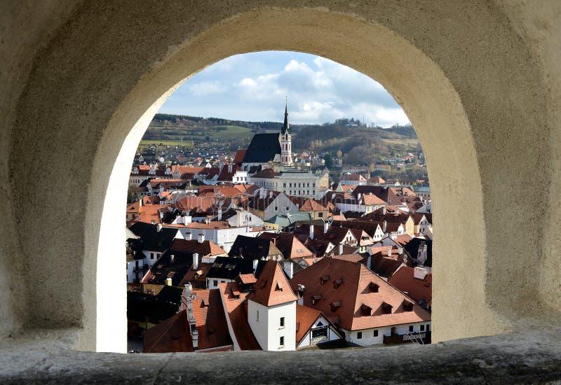 红色被顶房顶的房子在中世纪村庄 库存照片