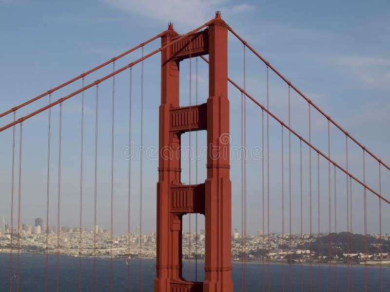 红色装饰艺术运动塔和支持的缆绳上面在金门大桥 免版税图库摄影