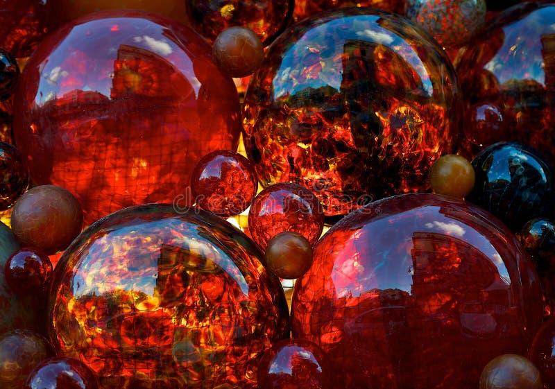 红色装饰,红色玻璃,圣诞节装饰,与马耳他在它的议会大厦的反射的红色玻璃泡影,红色,圣诞节b 免版税库存照片