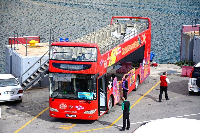 红色观光旅游公共汽车,戈佐岛 图库摄影
