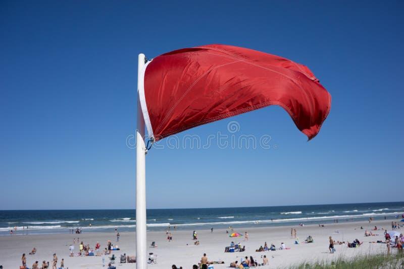 红色警告旗子 免版税库存照片