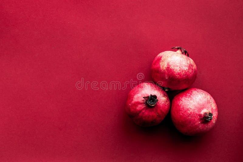红色设置了用餐馆菜单顶视图大模型的石榴 免版税库存图片