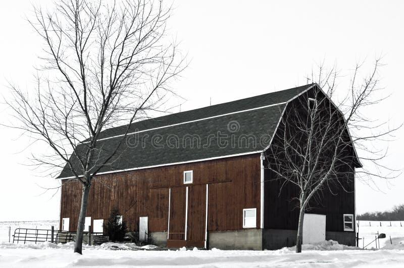 红色谷仓在与雪的冬天 库存照片