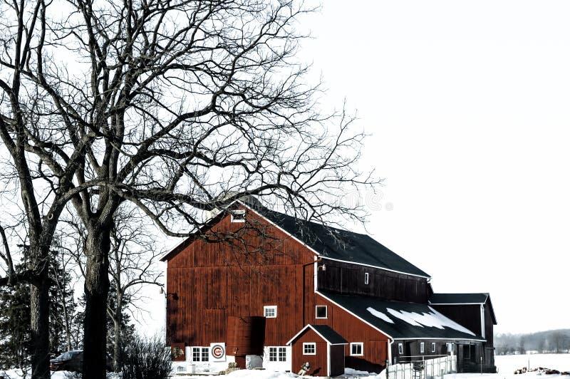红色谷仓在与雪的冬天 免版税库存照片