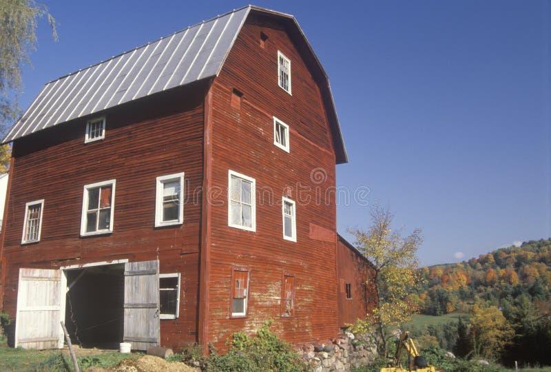 红色谷仓在秋天 库存照片