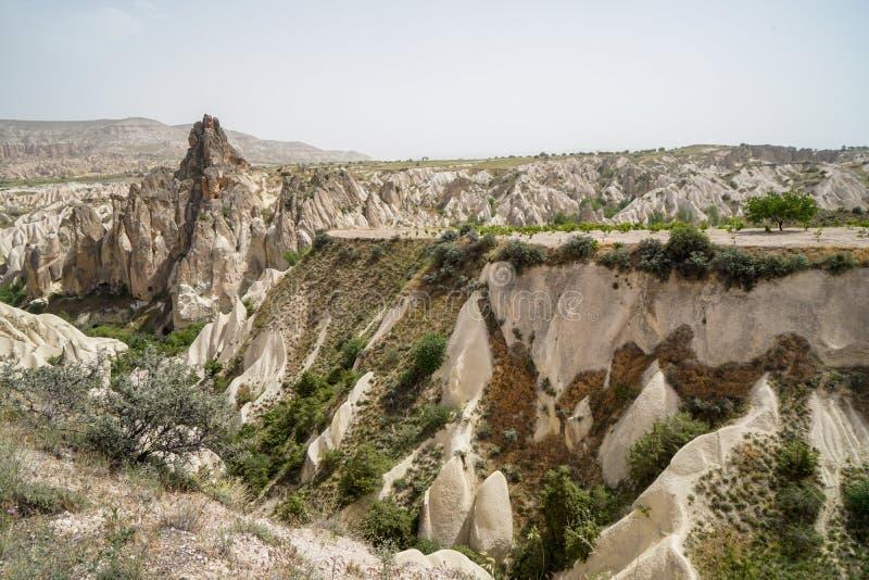 红色谷美好的富启示性的风景全景石山风景视图有天空背景,卡帕多细亚 库存照片