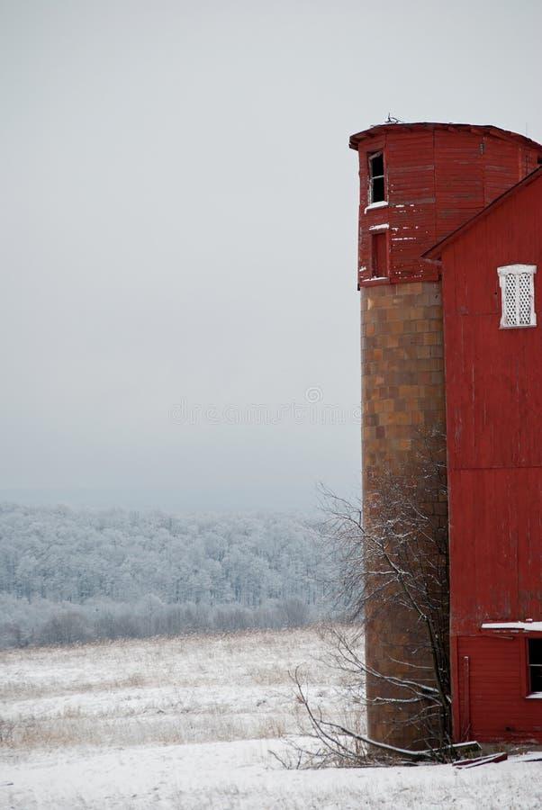 红色谷仓筒仓在冬天 库存照片
