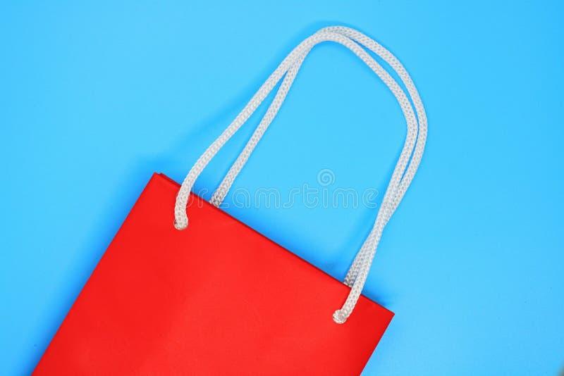 红色购物带来关闭,tuksta的,产品的纸袋地方 库存图片