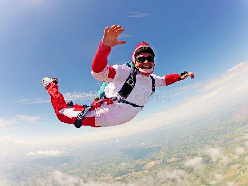 红色跳伞运动员 经典位置释放秋天 库存图片
