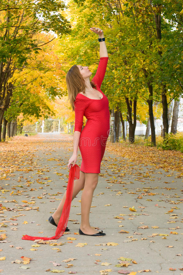 红色跳舞的女孩在秋天心情 免版税库存照片