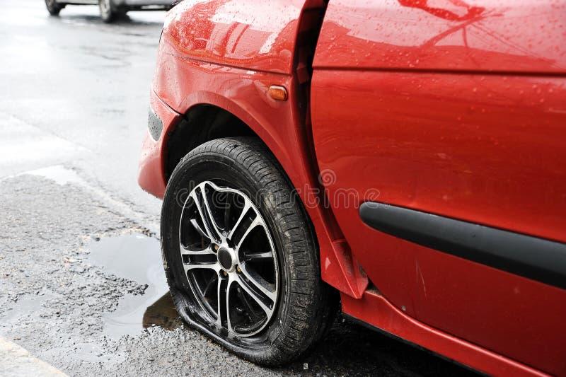 红色车祸事故前面左翼和轮子  库存图片
