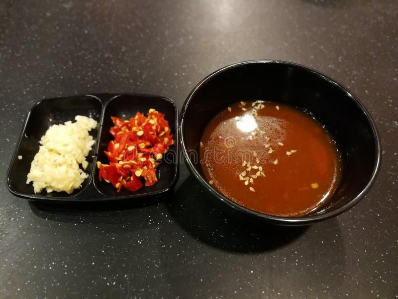 红色辣椒和大蒜用辣味番茄酱 免版税库存图片