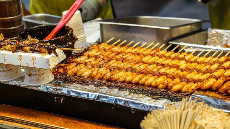 红色辣米糕,韩国食物 白色韩国面团用辣椒 免版税库存照片
