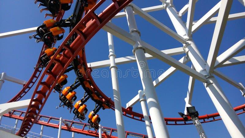 红色过山车在主题乐园 免版税图库摄影