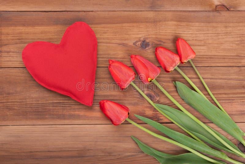 红色郁金香和心脏 免版税库存图片
