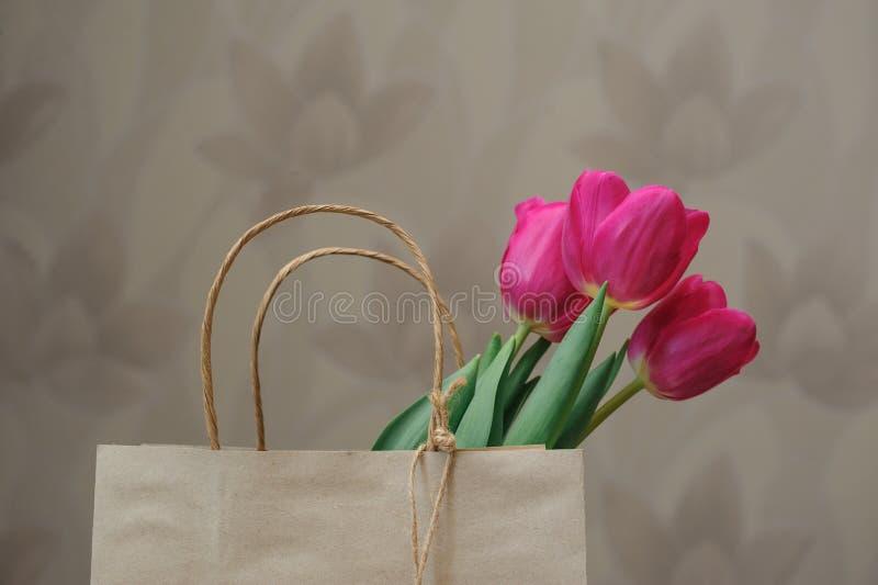 红色郁金香花束在纸袋的 图库摄影